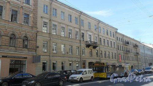 Вознесенский проспект, дом 53. 4-этажный жилой дом 1843 года постройки. 3 парадные, 18 квартир. Фото 14 июля 2016 года.
