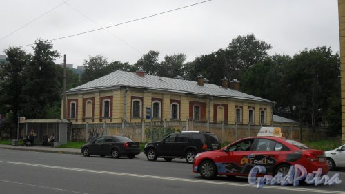 Суворовский проспект, дом 63, литер В. Морг. Вид здания с Новгородской улицы. Фото 22 июля 2016 года.