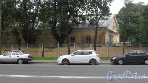 Суворовский проспект, дом 63, литер Ф. Вид здания с Новгородской улицы. Фото 22 июля 2016 года.