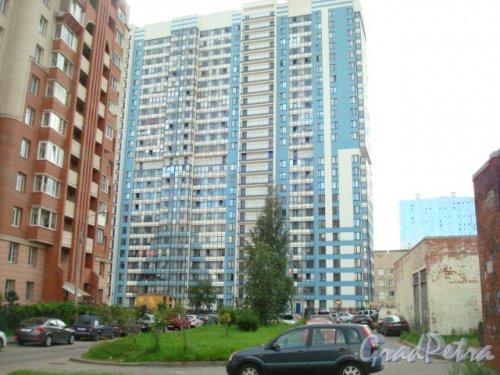 Санкт-Петербург, Калининский р-н, Кондратьевский пр., д.64, корп.8. Общий вид жилого дома. Фото 2016 года.