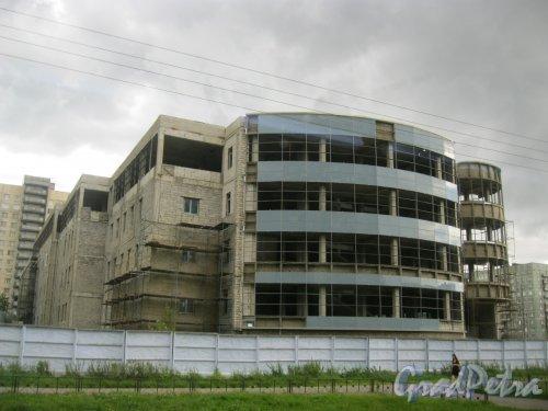 Индустриальный пр., дом 31. Вид с пр. Ударников на строящееся здание. Фото 9 августа 2016 г.
