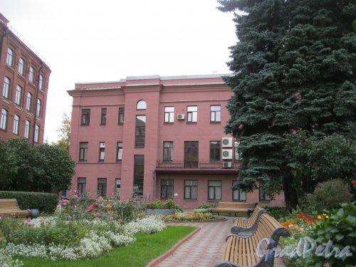 Бол. Сампсониевский пр., дом 60, литера Б. Фрагмент здания. Вид из сквера внутри территории. Фото 17 сентября 2016 г.
