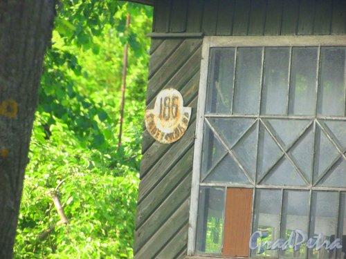 Ленинградская область, Тосненский район, город Никольское, Советский проспект, 186. Табличка с номером дома. Фото 30 мая 2016 года