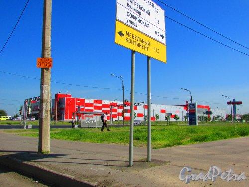 Дунайский проспект, дом 64, литера А. Общий вид шестого строительного гипермаркета «Максидом». Фото 3 июня 2016 года.