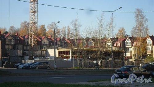 Новоколомяжский проспект, дом 17. Уже видны 2 этажа строящегося здания. Фото 19 октября 2016 года.