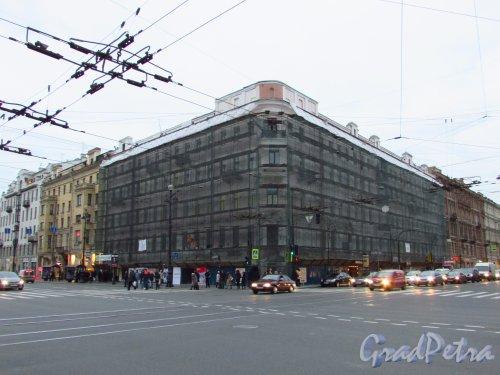 Невский проспект, дом 74-76. Общий вид здания во время капитального ремонта фасада многоквартирного жилого дома. Фото 21 октября 2016 года.