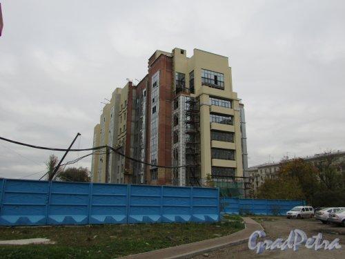 Московский проспект, дом 183-185. Малоэтажный корпус жилого комплекса «Граф Орлов» со стороны Московского проспекта. Фото 17 октября 2016 года.