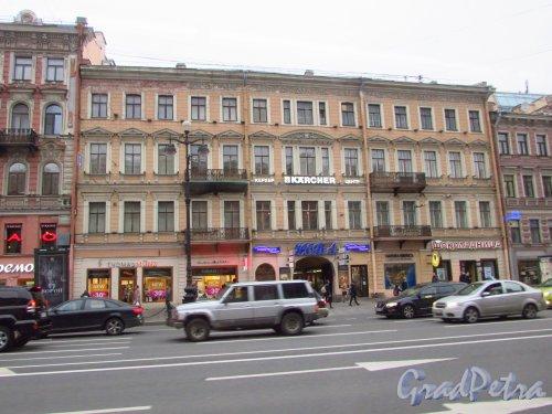 Невский проспект, дом 108. Общий вид фасада здания и вход в кинотеатр «Нева».Фото 17 октября 2016 года.