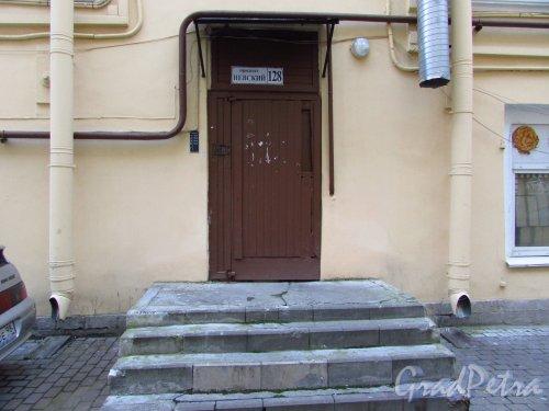Невский проспект, дом 128. Вход на Лестницу № 7, расположенную в корпусе по Суворовскому проспекту. Фото 17 октября 2016 года.
