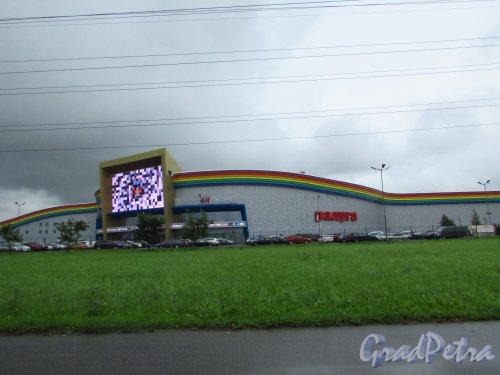 проспект Космонавтов, дом 14, литера Б. Общий вид II очереди торгового центра «Радуга». Фото 7 июля 2016 года.