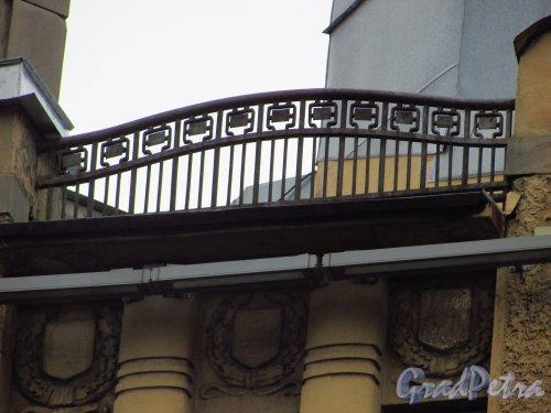 Каменноостровский проспект, дом 1-3. Ограда крыши правой части здания. Фото 8 июля 2016 года.
