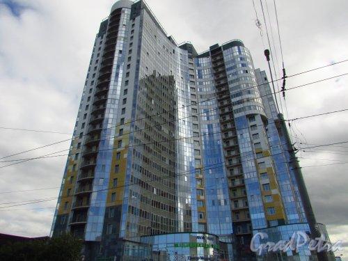 проспект Народного Ополчения, дом 10. Угловая часть жилого комплекса «Современник». Фото 9 июля 2016 года.