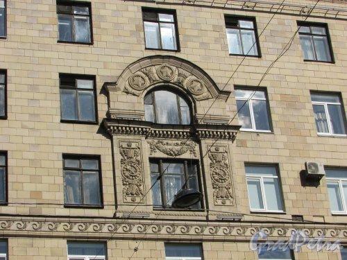 Ленинский проспект, дом 178. Фрагмент оформления окон. Фото 3 сентября 2016 года.