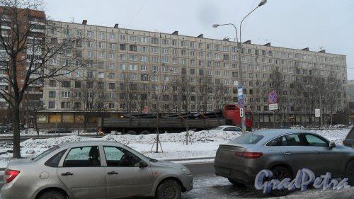 Заневский проспект, дом 28. 9-этажный жилой дом серии 1ЛГ-606-4м 1967 года постройки. 4 парадные, 224 квартиры. Фото 14 декабря 2016 года.