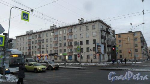 Заневский проспект, дом 2435, дом 35 по проспекту Шаумяна. 5-этажный жилой дом серии 1-528кп10 1961 года постройки. 3 парадные, 54 квартиры. Фото 14 декабря 2016 года.