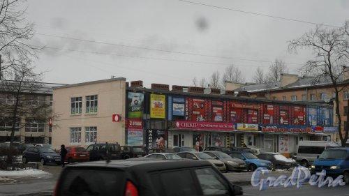Красное Село, проспект Ленина, дом 59. 2-этажный торговый центр. В здании расположены: магазин Великолукского мясокомбината, магазин детских товаров «Непоседа», магазин парфюмерии и косметики «Спектр», фотокопицентр «Фото Live». Фото 23 января 2017 года.