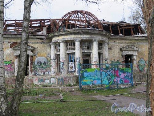 Энгельса пр., д. 28. Ресторан «Охотничий домик». Фасад со стороны ротонды. фото май 2015 г.