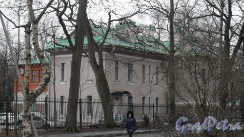 Институтский проспект, дом 21, литер Б. Вид дома со двора. Фото 4 марта 2017 года.
