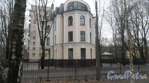 Институтский проспект, дом 16, корпус 2, литер А. Вид дома с аллеи Лихачева. Фото 2 апреля 2017 года.