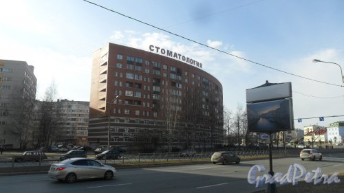 Коломяжский проспект, дом 36 / Парашютная улица, дом 2. 10-этажный жилой дом 2005 года постройки. 4 парадные, 228 квартир. Фото 9 апреля 2017 года.
