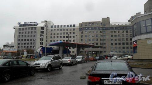 """Коломяжский проспект, дом 33. Бизнес-центр """"Содружество"""". Фото 21 апреля 2017 года."""