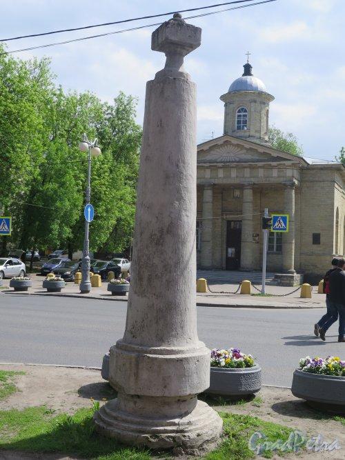 Город Гатчина. Пр. 25 Октября, Угол ул. Гагарина. Монументальный верстовой столб. Фото май 2015 г.