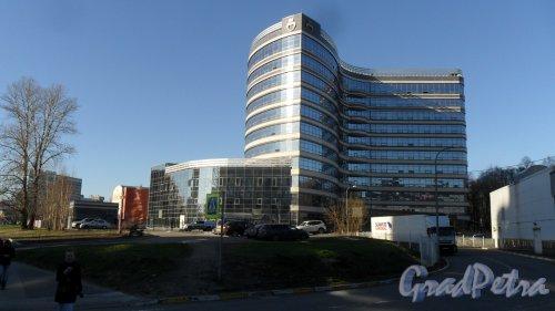 Коломяжский проспект, дом 21, корпус 2, строение 1. Северо-Западный федеральный исследовательский медицинский центр имени В. А. Алмазова. Фото 2 мая 2017 года.