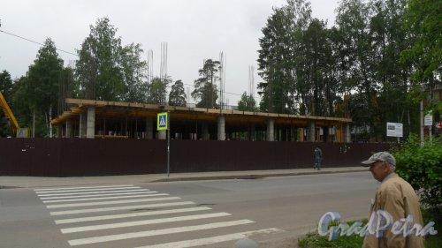 Всеволожск, Всеволожский проспект, дом 70А. Строительство торгово-делового центра. Общий вид строительной площадки. Фото 20 июня 2017 года.