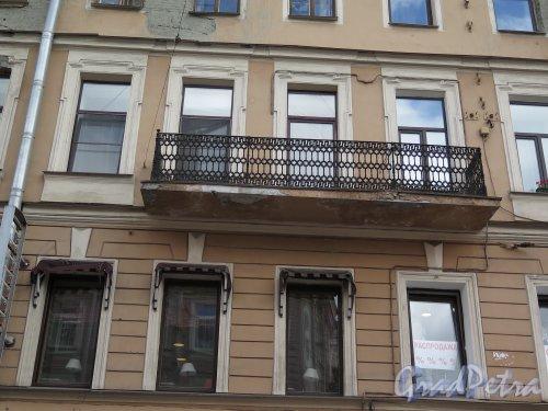 Невский пр., д. 126. Доходный дом, 1883, арх. Г.И. Карпов. Балкон 3-го этажа по 1-й Советской ул. фото июль 2015 г.