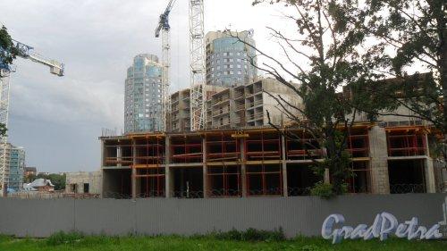 Проспект Тореза, дом 118, литер А. ЖК «LENINGRAD». Вид новостройки с проспекта Тореза. Фото 1 августа 2017 года.