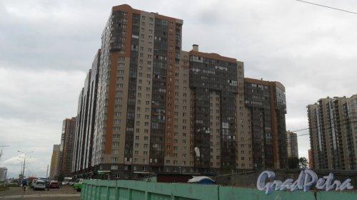Проспект Королева, дом 61. 24-этажный жилой дом 2010 года постройки. 6 парадных, 818 квартир. Фото 8 сентября 2017 года.
