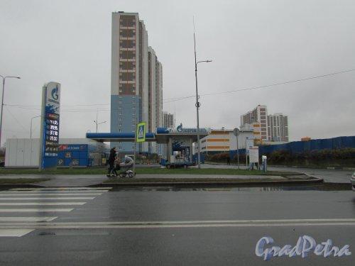 Дунайский проспект, дом 29, корпус 2, литера А. Автозаправочная станция «Газпром». Фото 29 октября 2017 года.