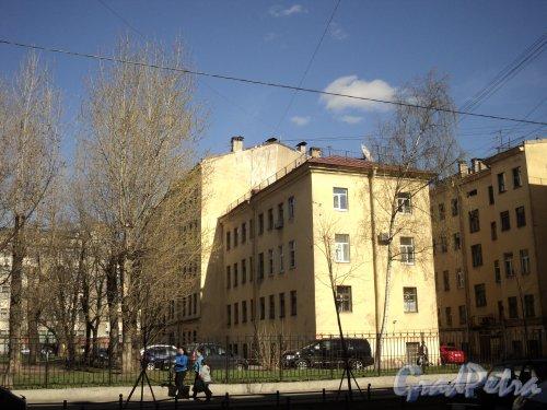 Малый проспект В.О., дом 37, литера Б. Общий вид дворового флигеля. Фото 12 апреля 2011 года.