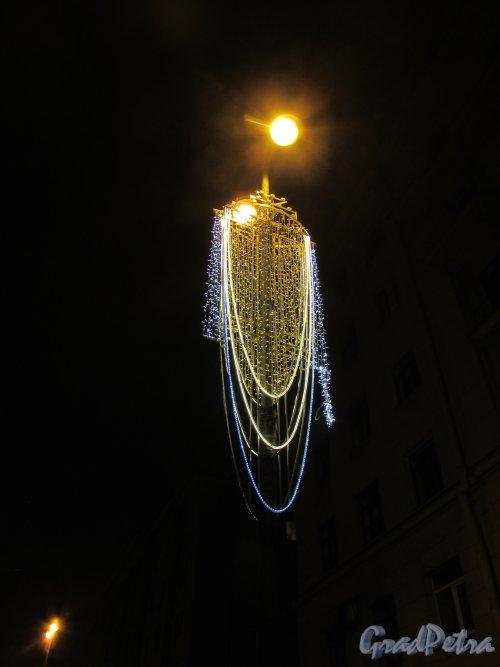 Новогодняя гирлянда на фонарном столбе у дома 167 по Московсскому проспекту. Фото 16 декабря 2017 года.