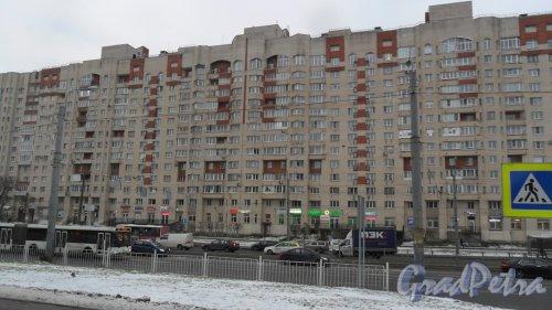 Коломяжский проспект, дом 28, корпус 2. 14-этажный жилой дом 2006 года постройки. 3 парадные, 294 квартиры. Фото 18 декабря 2017 года.
