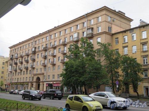 Кондратьевский пр., 49. 7-ми этажный жилой дом с административными помещениями, 1-я пол. 1959-х гг. Общий вид.  фото июль 2015 г.
