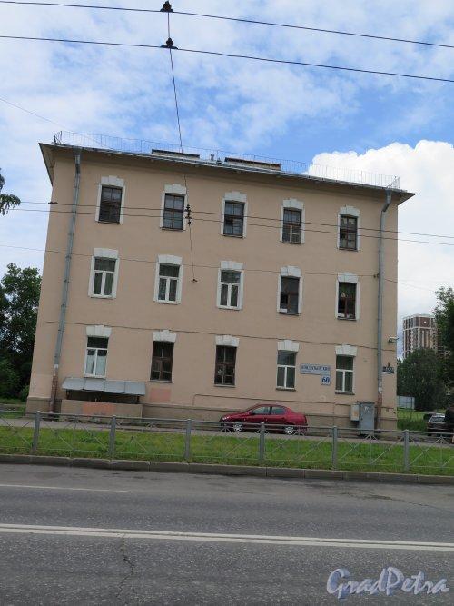 Кондратьевский пр., д. 60. 3-хэтажный Жилой дом дореволюционной застройки. Общий вид фасада. фото июль 2015 г.