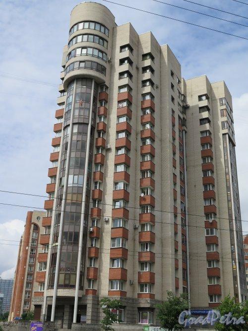 Кондратьевский проспект, д. 66, корп. 1. Жилой дом с административными помещениями. Общий  вид. фото июль 2016 г.