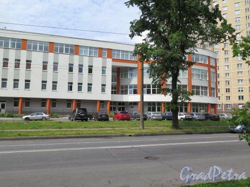 Кондратьевский пр., д. 66, корп. 2. Детская школа искусств № 3. Общий вид фасада по Кондратьевскому пр. фото июль 2015 г.