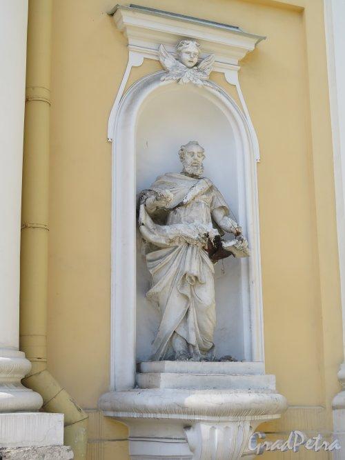 Большой пр., В.О., д. 1. Церковь Святой Екатерины. Статуя апостола Павла в нише. фото август 2015 г.