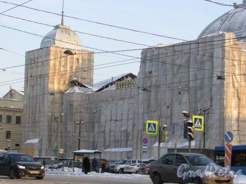 Загородный проспект, дом 52, литера А. Лицевой фасад Витебского вокзала во время реставрации. Фото 8 февраля 2018 года.