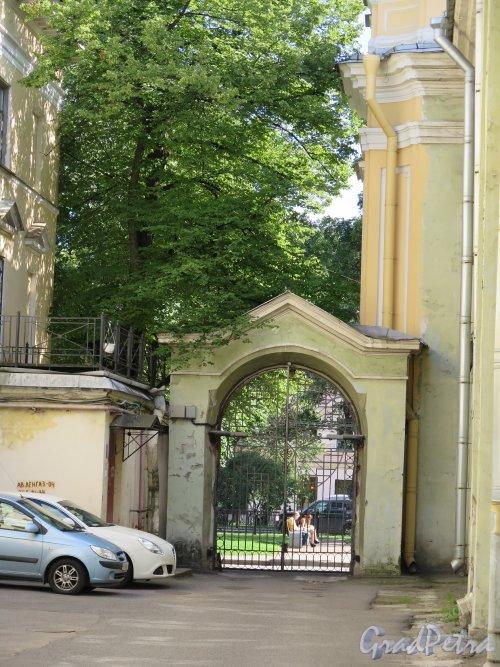 Большой пр., В.О., д. 1. Церковь Святой Екатерины. Фланкирующие ворота. фото август 2015 г.