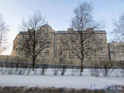 Дунайский проспект, дом 34 /  Малая Балканская улица, дом 16. Общий вид дома «Южные ворота I»  со стороны Дунайского проспект. Фото 8 февраля 2018 года.