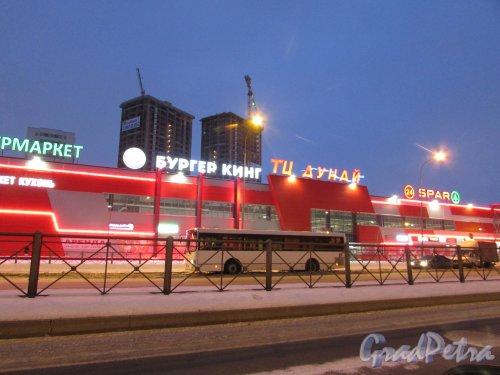 Дунайский просп., 27, корпус 1, литера Б. Лицевой фасад Торгового центра «Дунай» в ночном оформлении. Фото 8 февраля 2018 года.