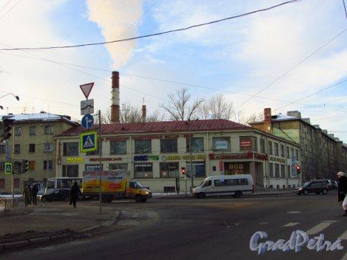 Кондратьевский проспект, дом 40, литера А. Общий вид здания универмага «Калининский» в составе Кондратьевского жилмассива. Фото 20 января 2017 года.