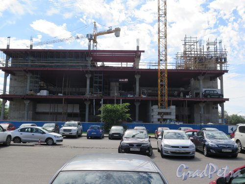 Приморский пр., д. 54 кор. 3. Автосалон «Mercedes». В процессе строительства. Общий вид. фото август 2015 г.