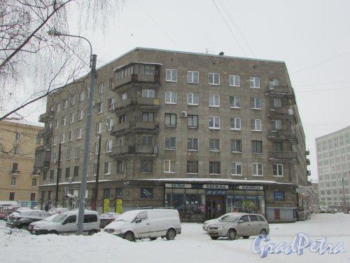 Кондратьевский проспект, дом 33, литера А. Угловая часть здания на углу переулка Усыскина и улицы Васенко. Фото 26 февраля 2018 года.