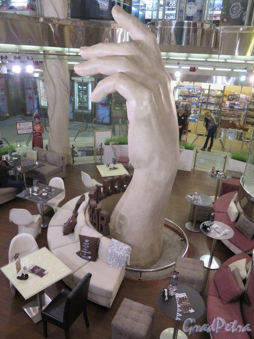 Невский пр., д. 71. Торговый комплекс «Невский атриум», 2005-06. Первый этаж центрального зала. фото ноябрь 2015 г.