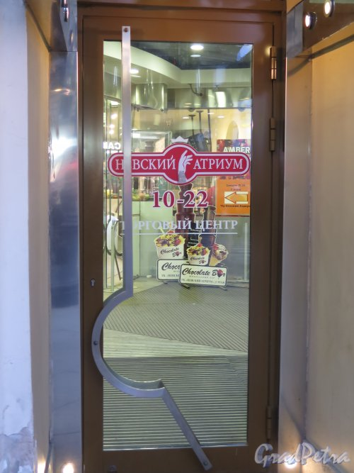 Невский пр., д. 71. Торговый комплекс «Невский атриум», 2005-06. Входные двери. фото ноябрь 2015 г.