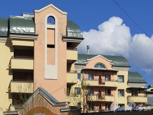 Чкаловский пр., д. 30. Верхние этажи жилого дома со стороны дома 26. Фото апрель 2016 г.